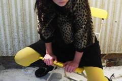 campingstuhl-gelbe-strumpfhosen-anteroom-tights
