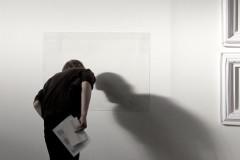 kunst-betrachten-schatten-wand