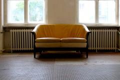 sofa-fenster-halle-braun