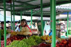 markt-trauriges-mädchen-obst-stand