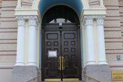 russisch-orthodox-frau-kirche-treppe