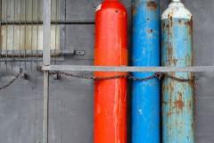 ferropolis-gasflaschen-rot-blau