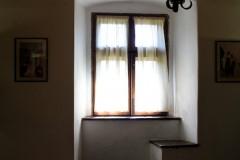 rumänien-bran-fenster-lampe-licht-schloss-dracula