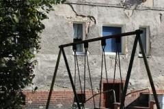 slubice-hinterhof-armut-kindheit-schaukel